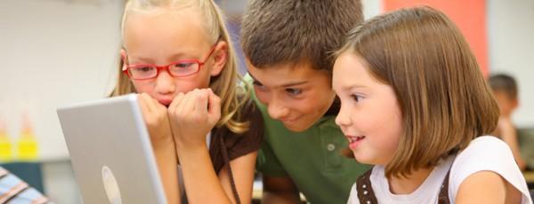 Drei Kinder mit Notebook