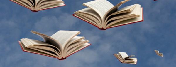Fliegende Bücher am Himmel