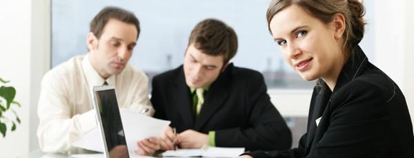 Sekretärin protokolliert ein Meeting