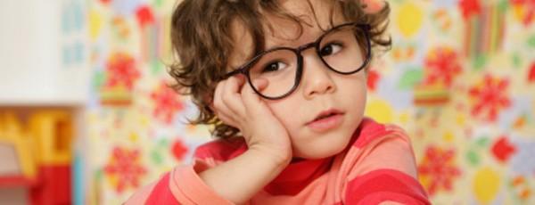 Kleiner Junge mit Brille