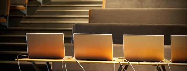 Aufgereihte Laptops
