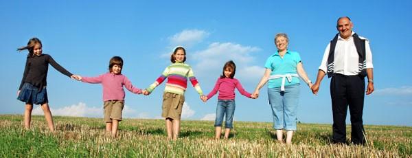 Familie bildet Menschenkette