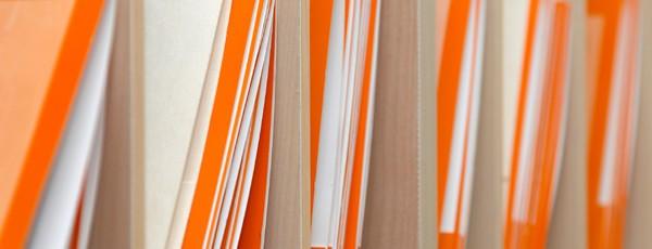 Orangefarbene Ordner