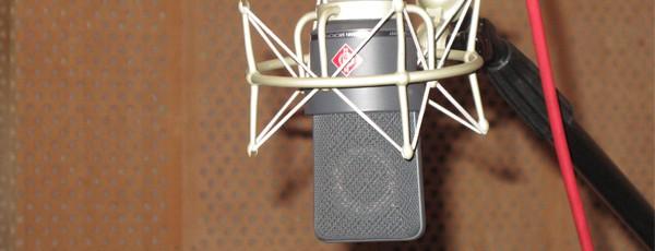 Ein Kondensatormikrofon an einer Mikrofonangel im Tonstudio des Eastends Berlin