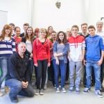 Die Klasse 10 des Werner- Heisenberg-Gymnasiums mit ihrem Lehrer Sven Hansen, Hans Serpei und Dr. Thomas Kremer