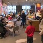 Große und kleine Gäste in der Digital Eatery im Microsoft Center Berlin