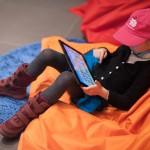 Eine kleine Besucherin testet die neue Schlaumäuse-App auf dem Tablet