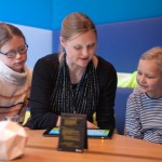 """Sybille Waury, Schaupielerin aus der """"Lindenstraße"""", ließt den Kindern in der Leseecke vor."""