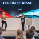 """Die Gruppe """"Entrepreneurship"""" präsentiert ihr Konzept für den Online-Markenauftritt."""