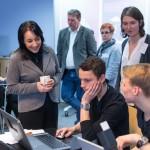 App bauen leicht gemacht! Lori Harnick, Microsoft, und Jutta Schneider, Helliwood, mit den Jugendlichen.
