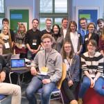 Medien und Bildung live im 21CCC: Gruppenbild mit Schülerinnen und Schülern des Otto-Nagel-Gymnasiums, dem Team von Helliwood, Henrik Tesch und Lori Harnick von Microsoft und der Helliwood Jugendredaktion.
